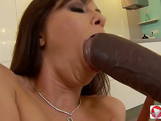 Brunette babe gives agent a pro blow job HD